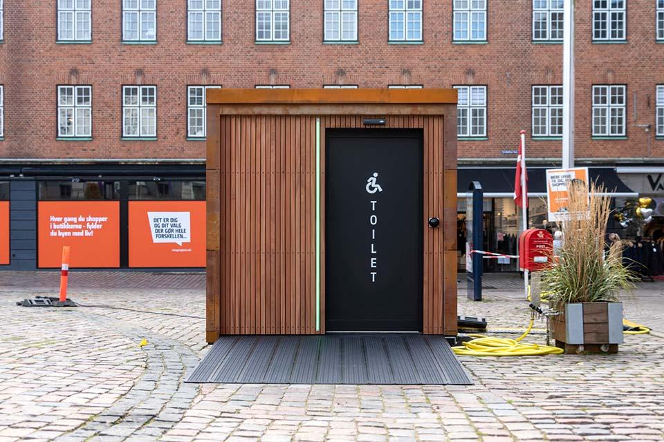 Offentligt toilethus på torv