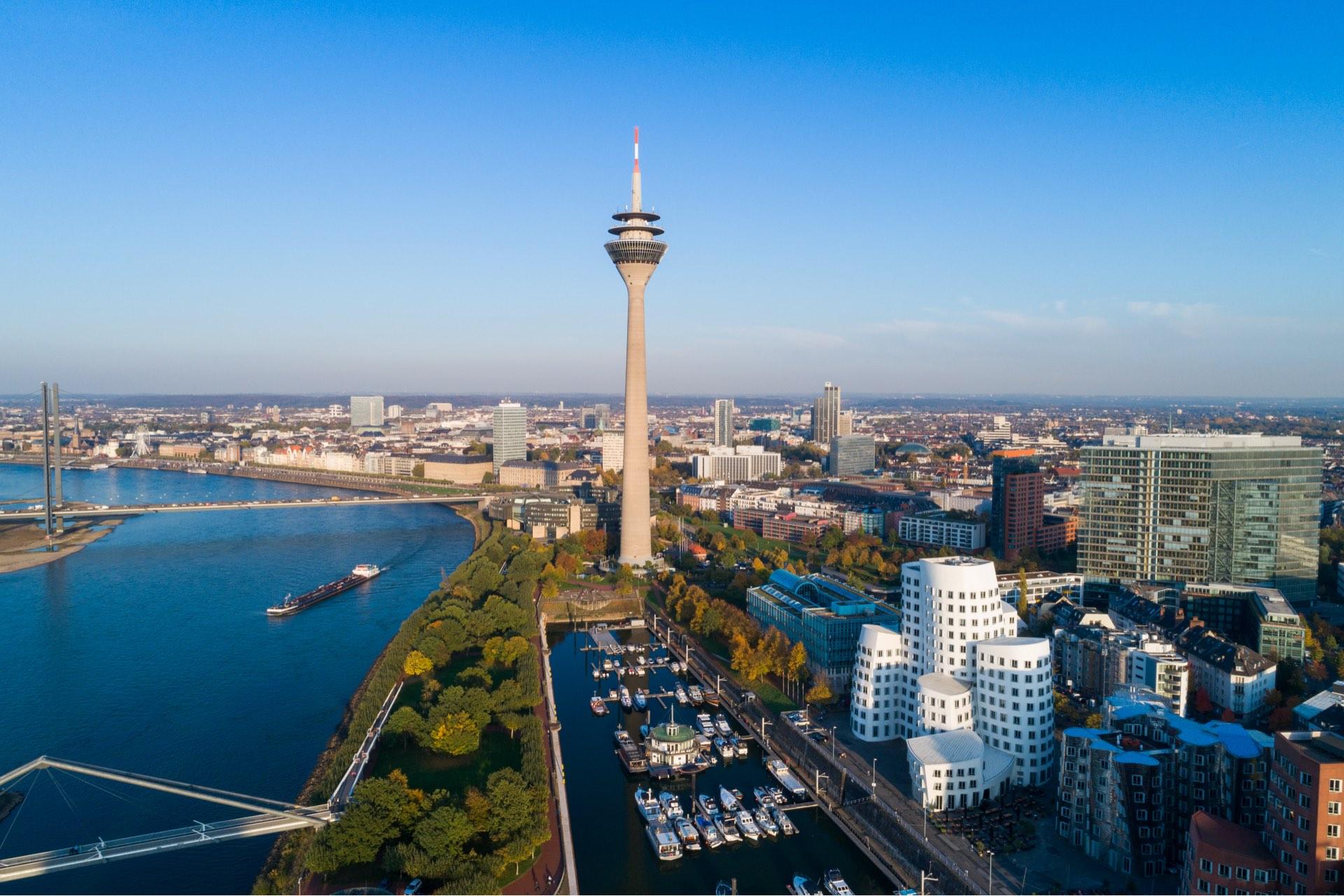 Foto vom Düsseldorfer Medienhafen mit Blick auf dem Rheinturm