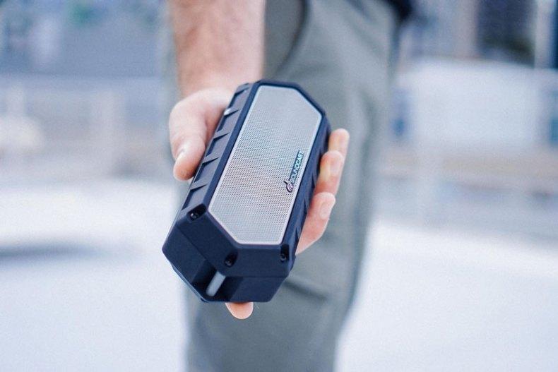Soundcast VG1 Premium Bluetooth Lautsprecher liegt gut in der Hand