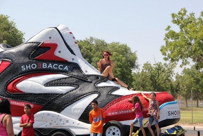 Shoebacca - der riesige Schuh mit relativ kleinen Menschen