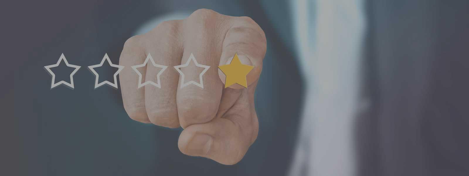 vinger die naar een review sterretje wijst