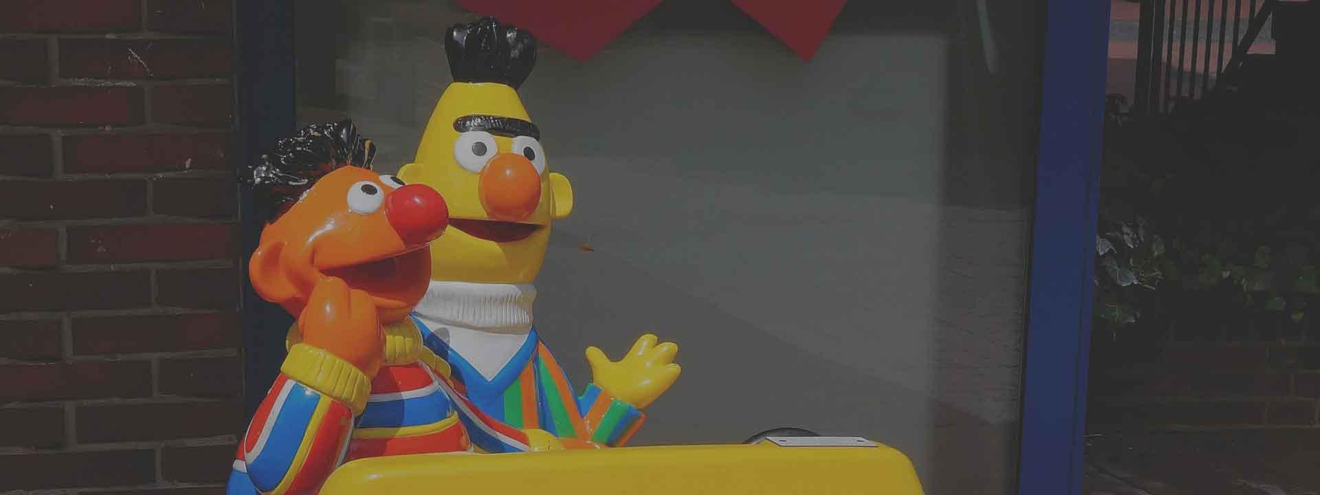 De sesamstraat figuren Erny en Bert