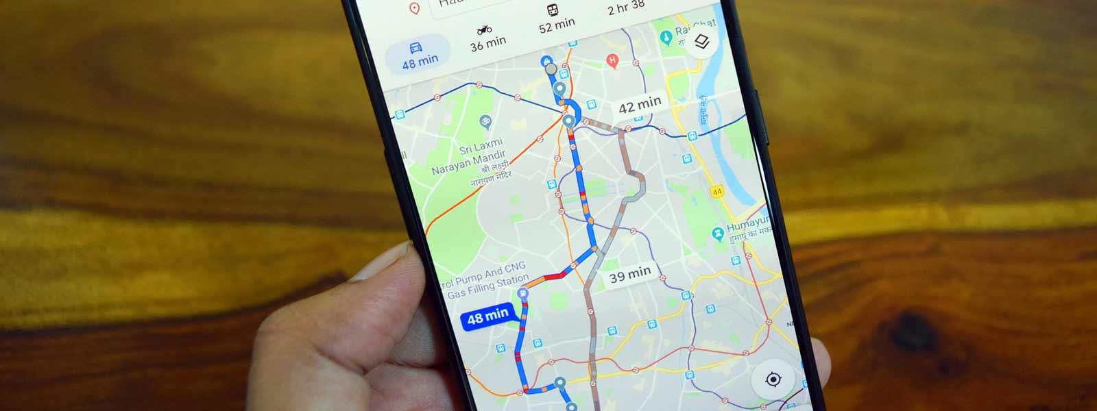 mobiele telefoon met routeplanner op het scherm