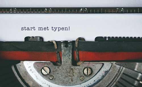 ouderwetse typemachine met vel papier waarop start met typen