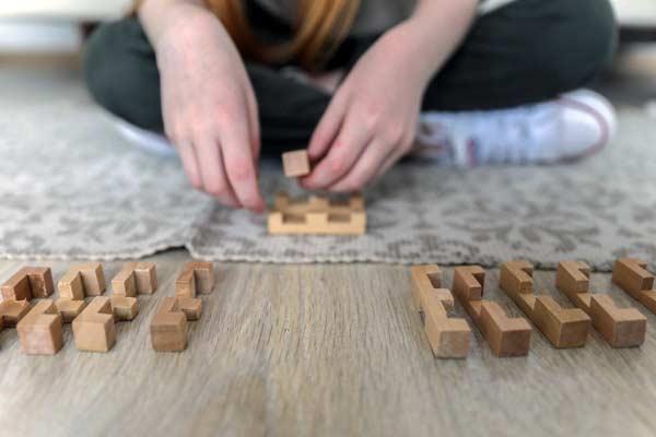 persoon met houten puzzelblok