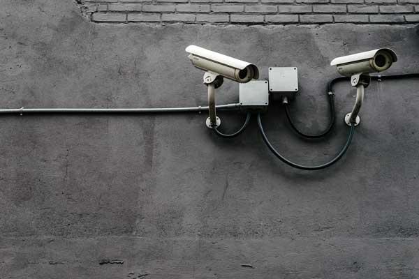 muur met twee bewakingscamera's