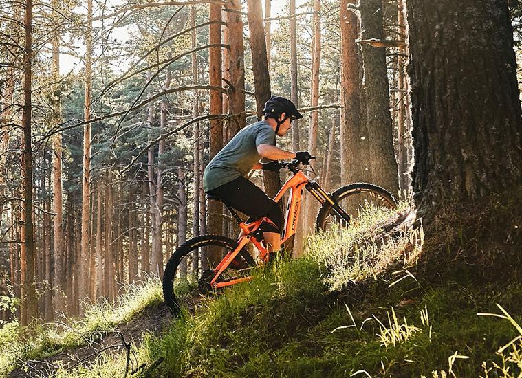 Eine Fahrt mit dem Mountainbike einen Berg hinauf