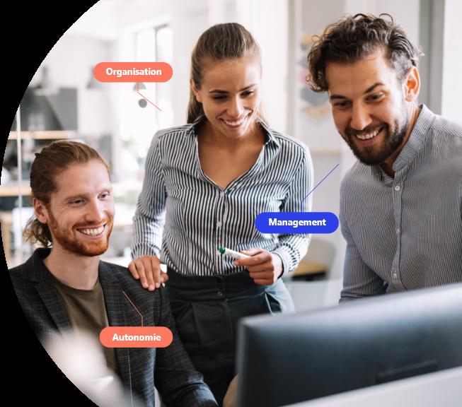 """3 personnes regardant un ordinateur avec les mots """"organisation"""", """"management"""" et """"autonomie"""""""