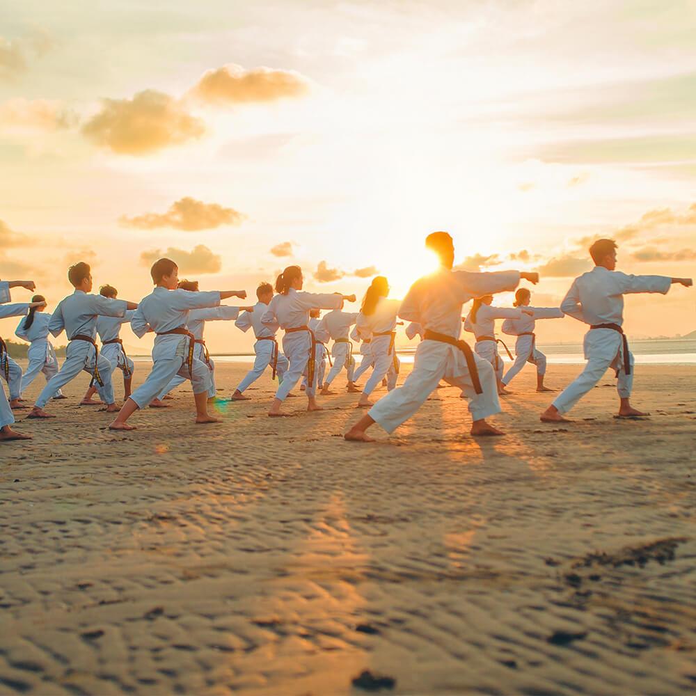 Bild von Karateschülern am Strand