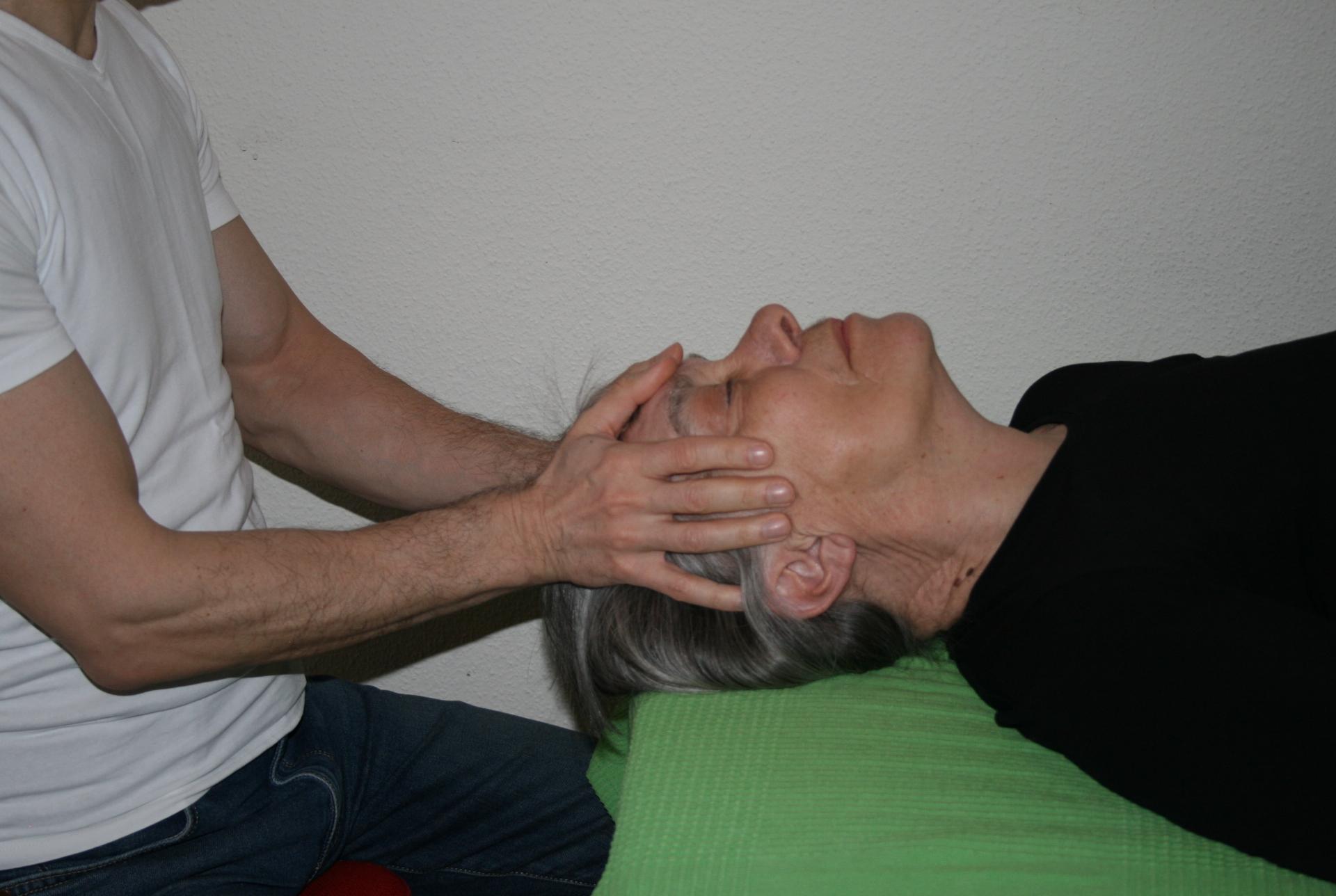 Billedet viser en en klient, der får behandling mod migræne.