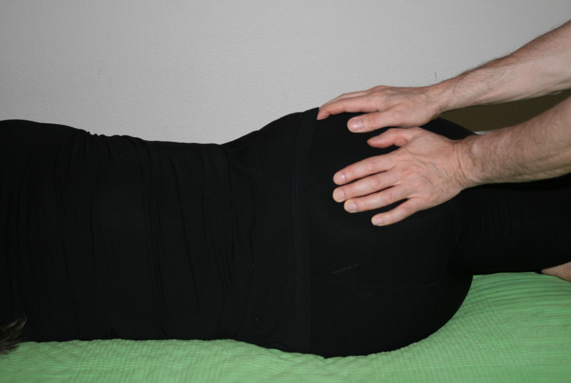 Billedet viser en en klient, der får behandling mod smerter i bækkenet.