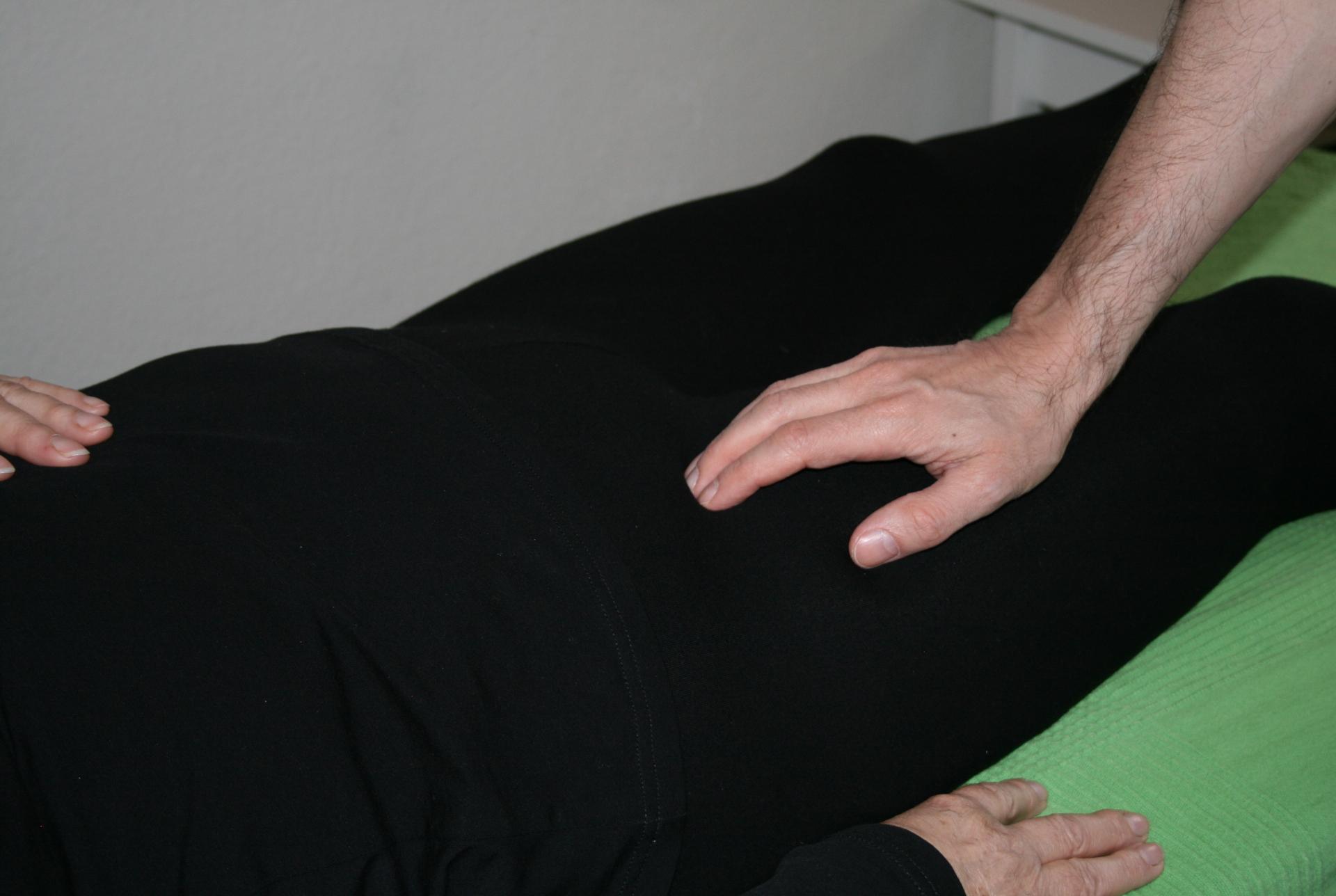 Billedet viser en en klient, der får behandling mod smerter i lysken.