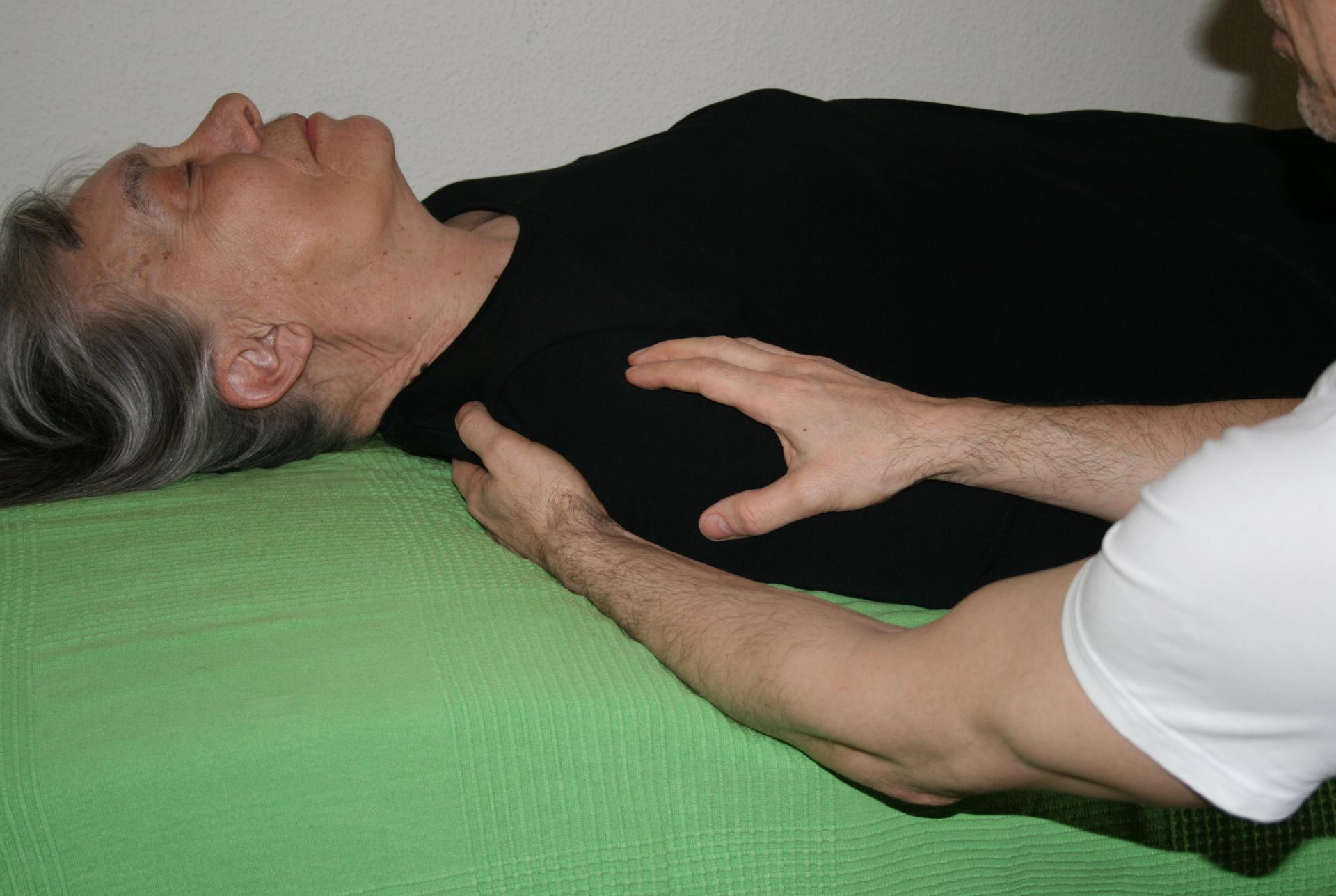 Billedet viser en en klient, der får behandling mod en frossen skulder.
