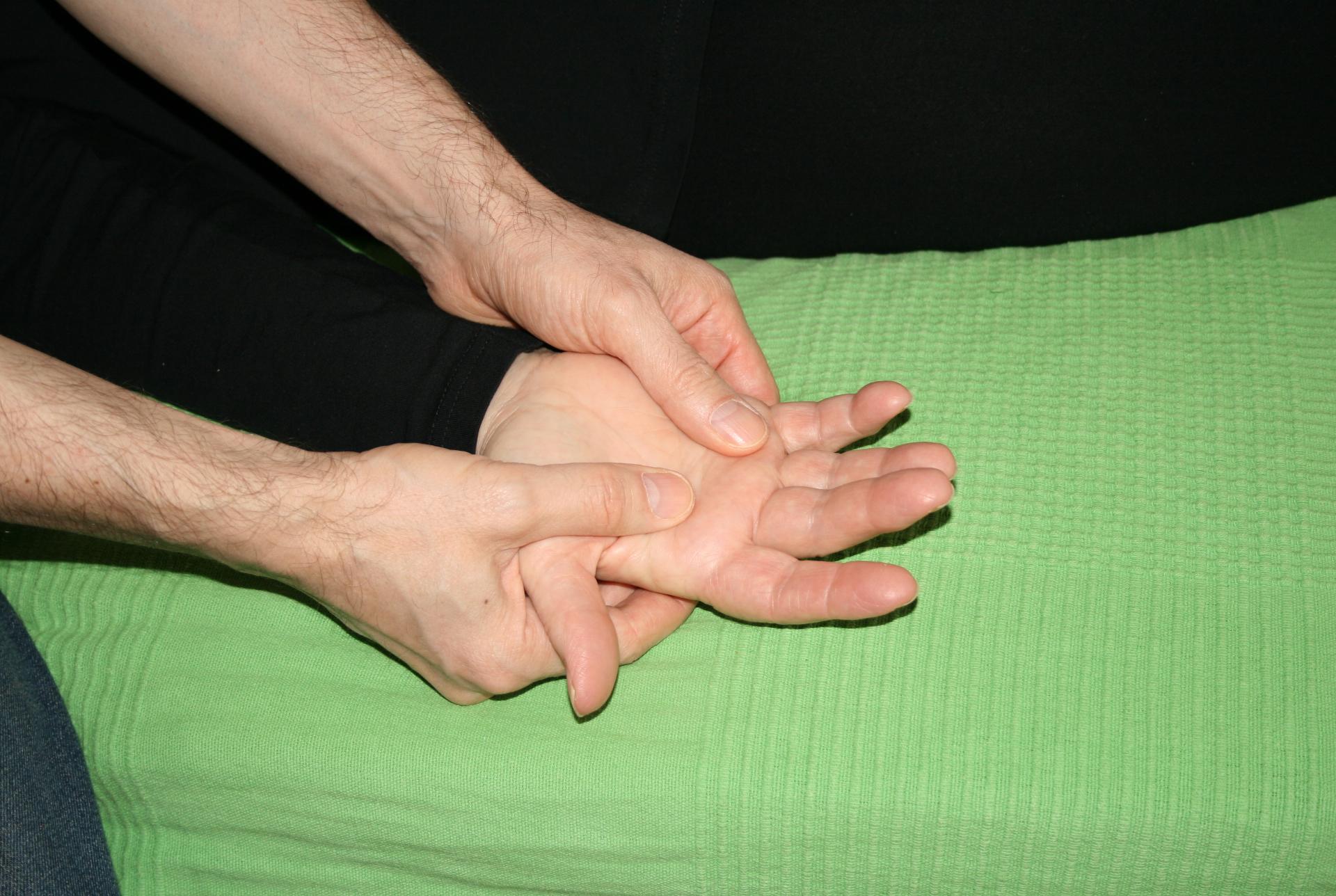 Billedet viser en en klient, der får behandling mod smerter i hånden.