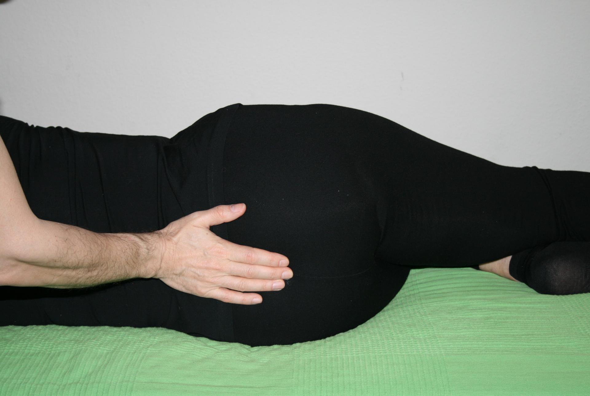 Billedet viser en en klient, der får behandling mod smerter i halebenet.