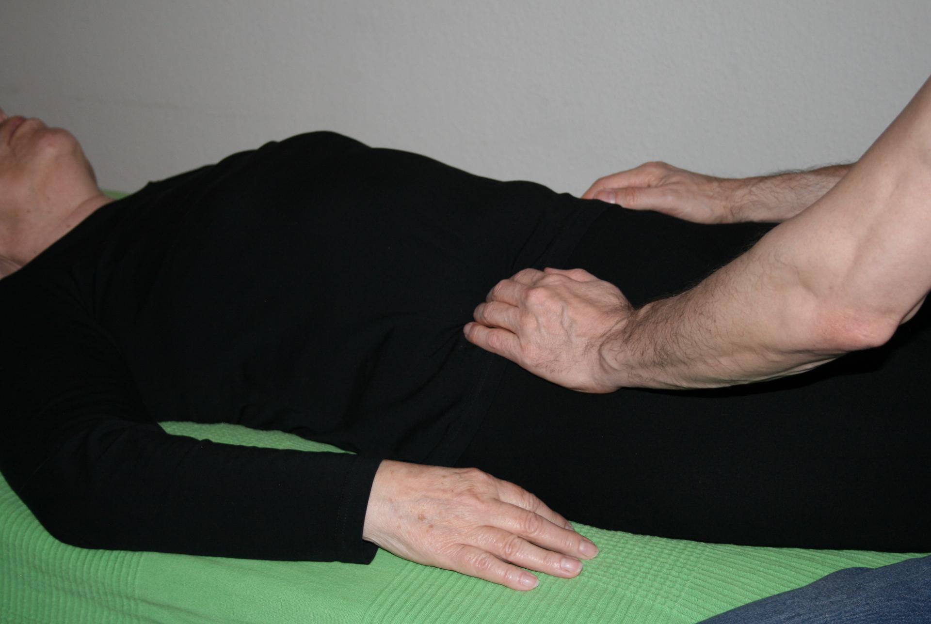 Billedet viser en en klient, der får behandling mod mavesmerter.