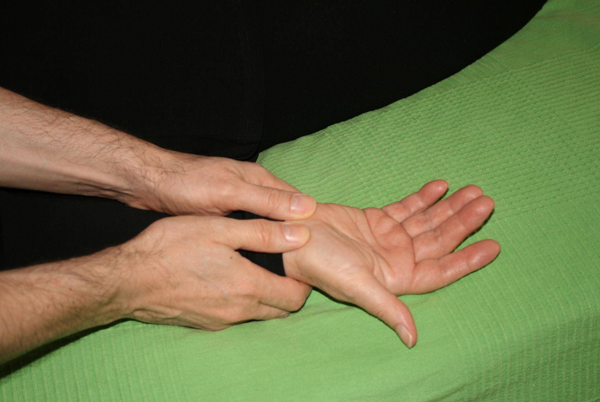Billedet viser en en klient, der får behandling mod smerter i håndleddet.