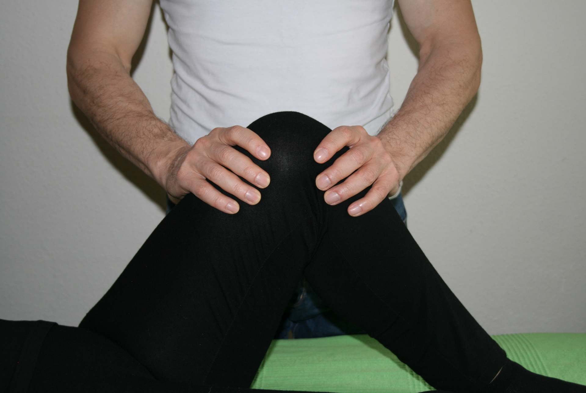 Billedet viser en en klient, der får behandling mod smerter i knæet.