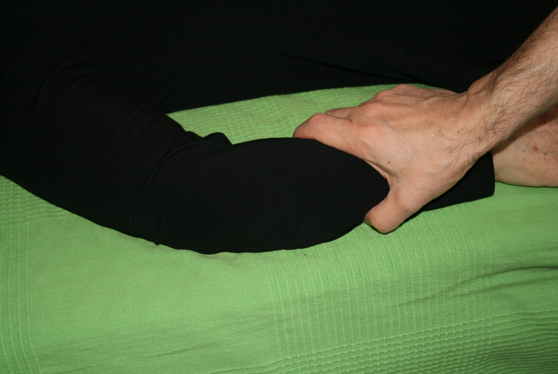 Billedet viser en en klient, der får behandling mod smerter i underarmen.