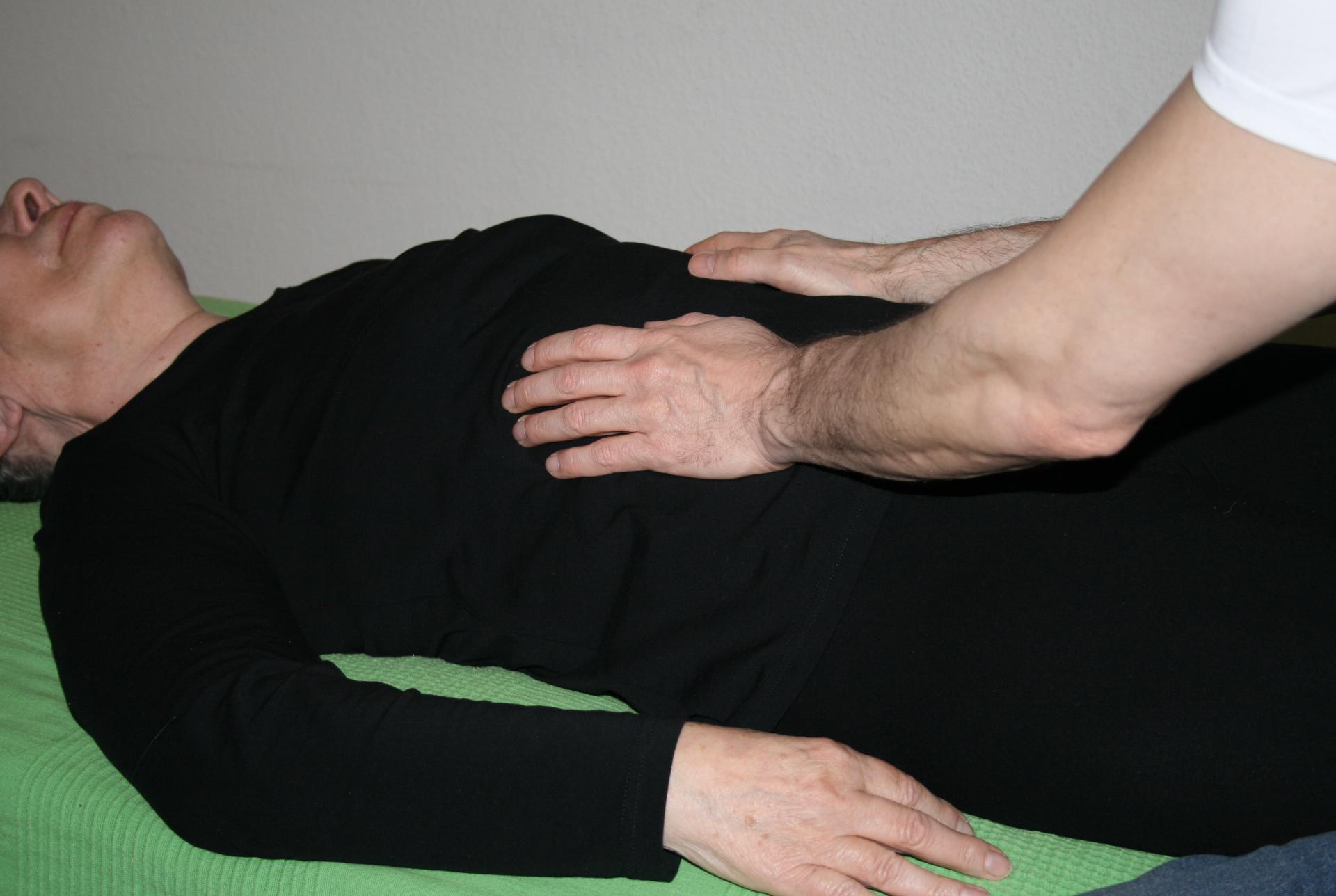 Billedet viser en en klient, der får behandling mod smerter i brystkassen.