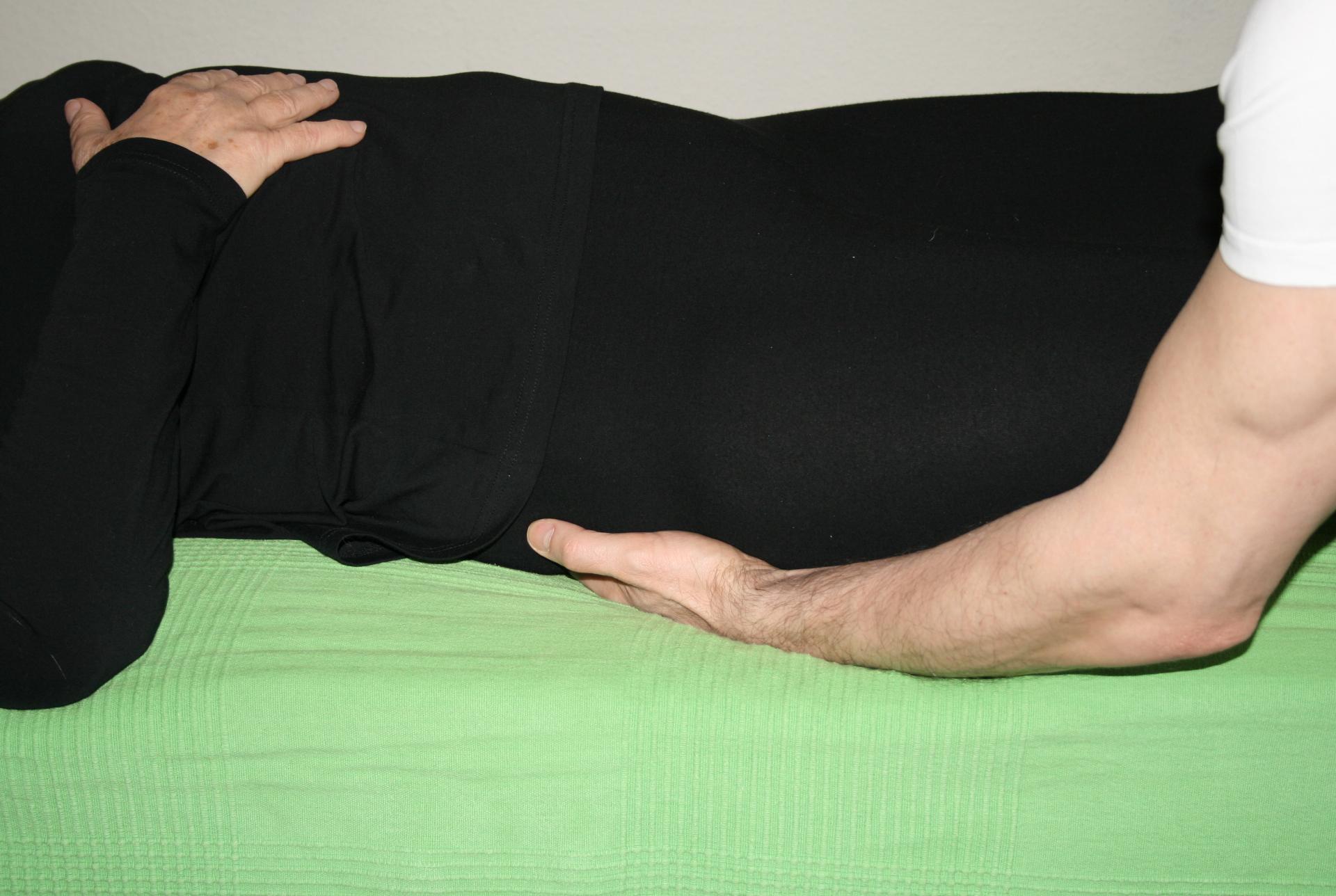 Billedet viser en en klient, der får behandling mod smerter i balden.