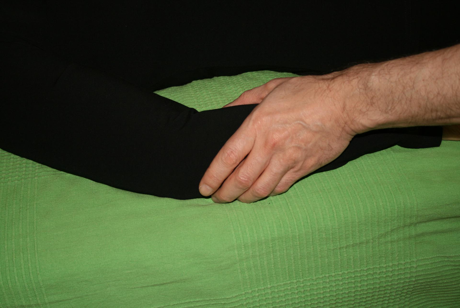 Billedet viser en en klient, der får behandling mod en tennisalbue.