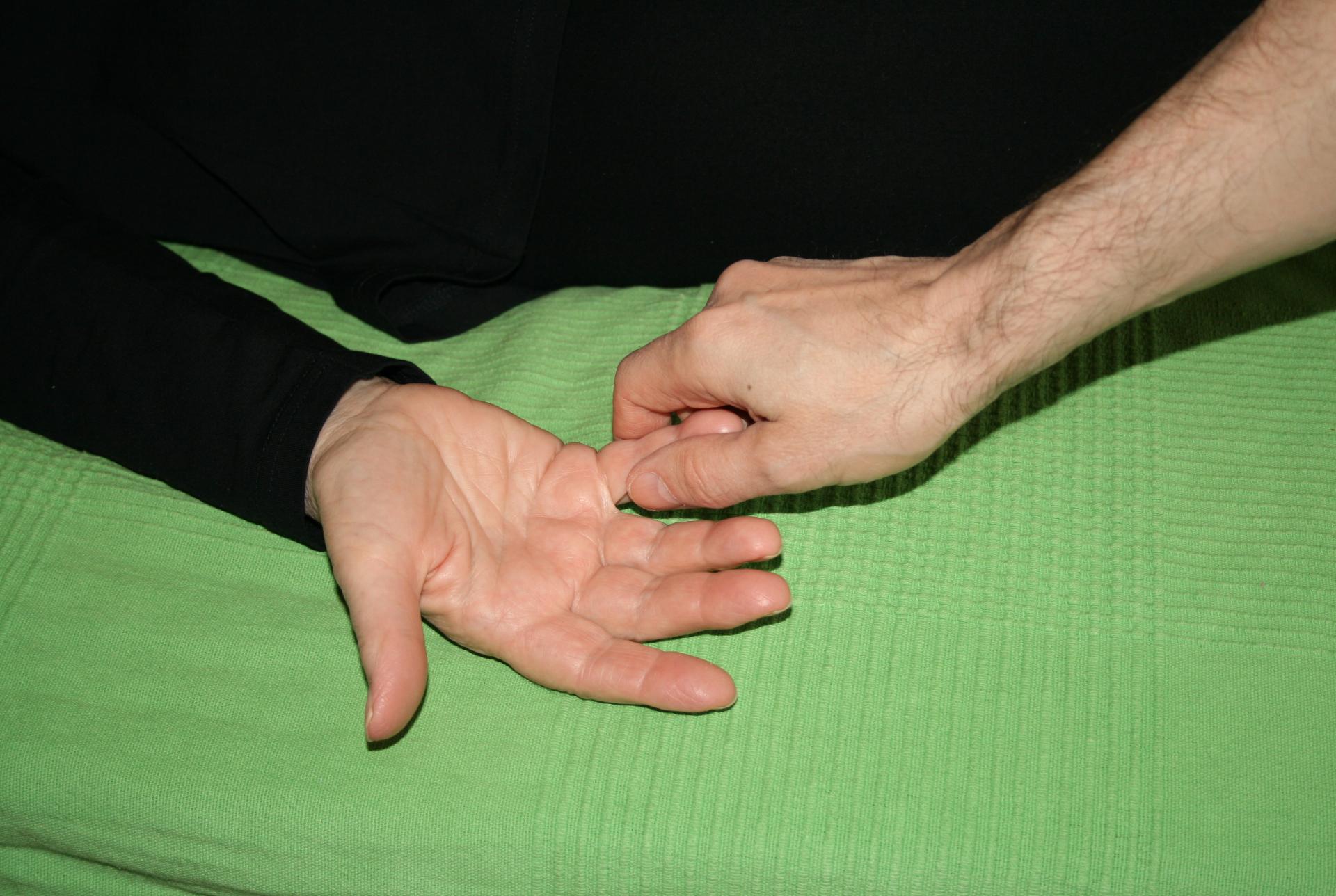 Billedet viser en en klient, der får behandling mod smerter i fingrene.