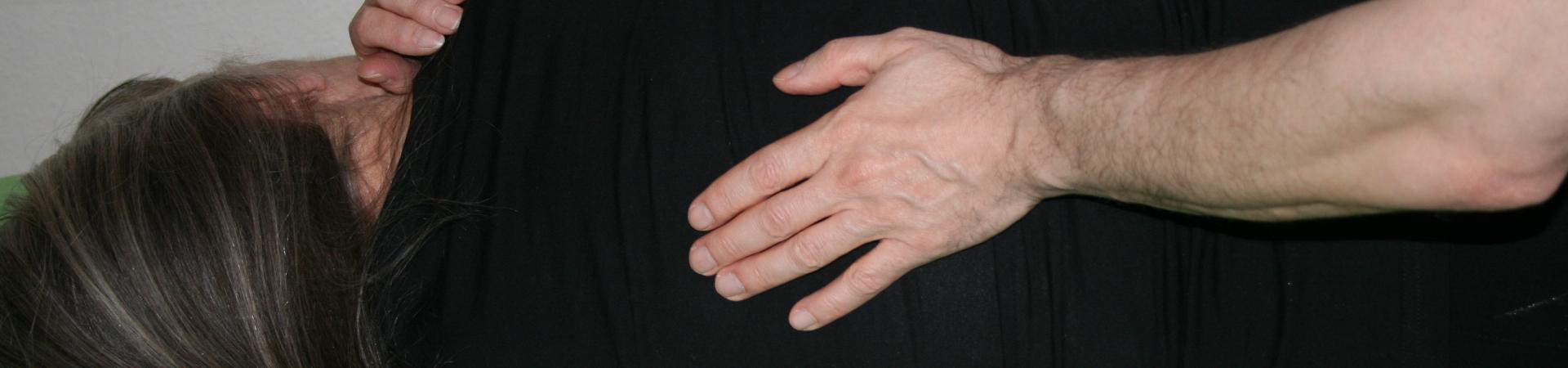 Billedet viser en en klient, der får behandling mod rygsmerter.