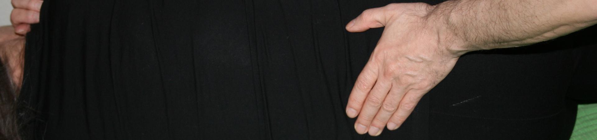 Billedet viser en en klient, der får behandling mod smerter i lænden.