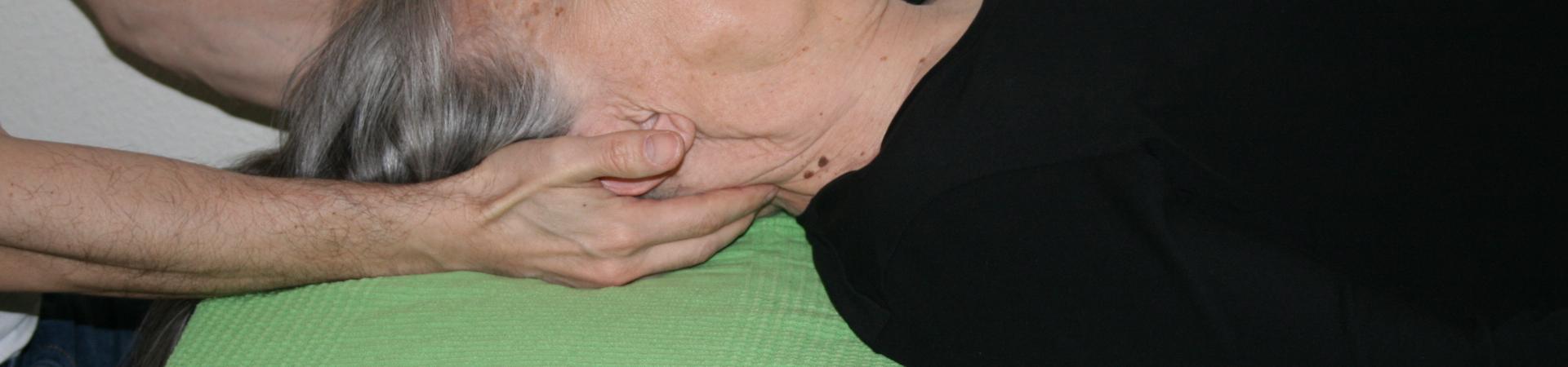 Billedet viser en en klient, der får behandling mod nakkesmerter.