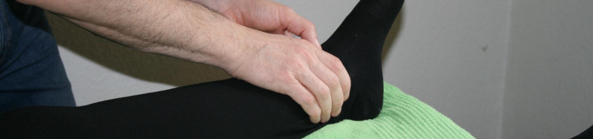 Billedet viser en en klient, der får behandling mod smerter i anklen.