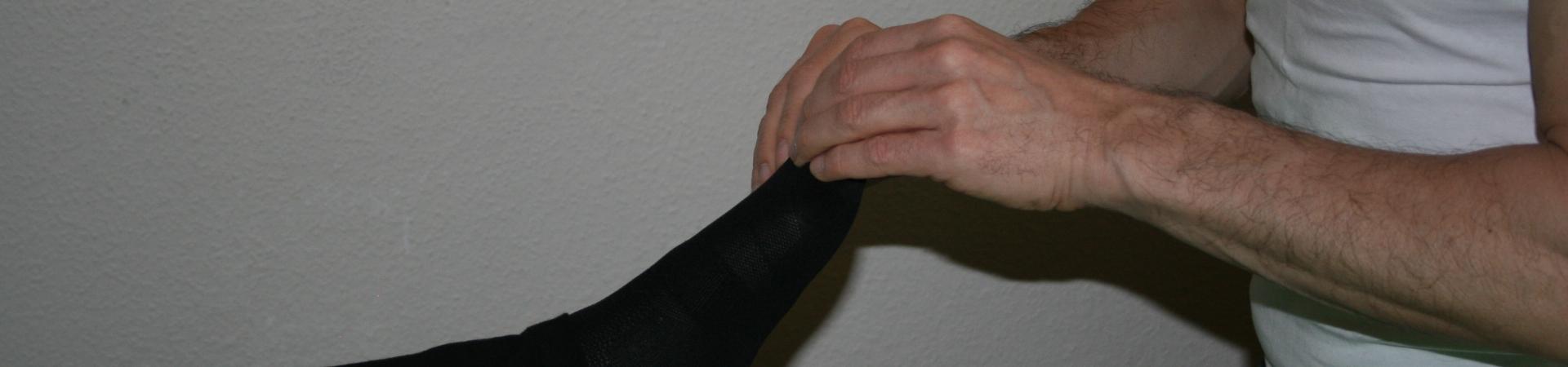 Billedet viser en en klient, der får behandling mod smerter i tæerne.