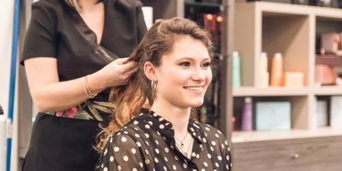 Femme entrain de se faire coiffer