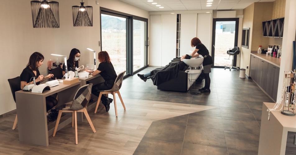 Salon de coiffure, vue sur l'espace manucure