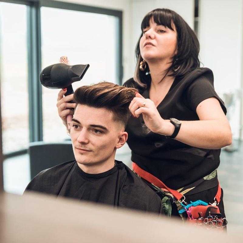 Homme se faisant secher les cheveux