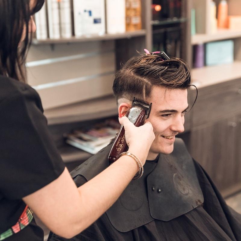 Homme se faisant couper les cheveux (fondu américain)
