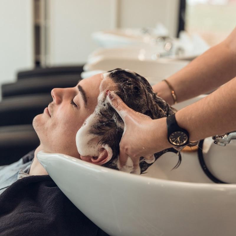 Homme se faisant laver les cheveux