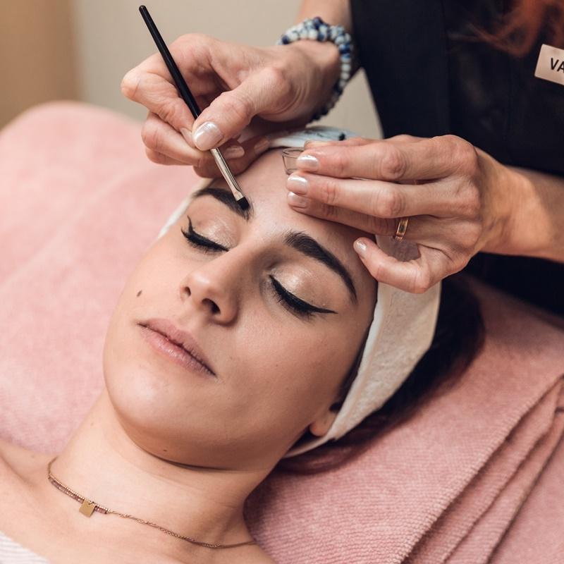 femme se faisant teindre les sourcils