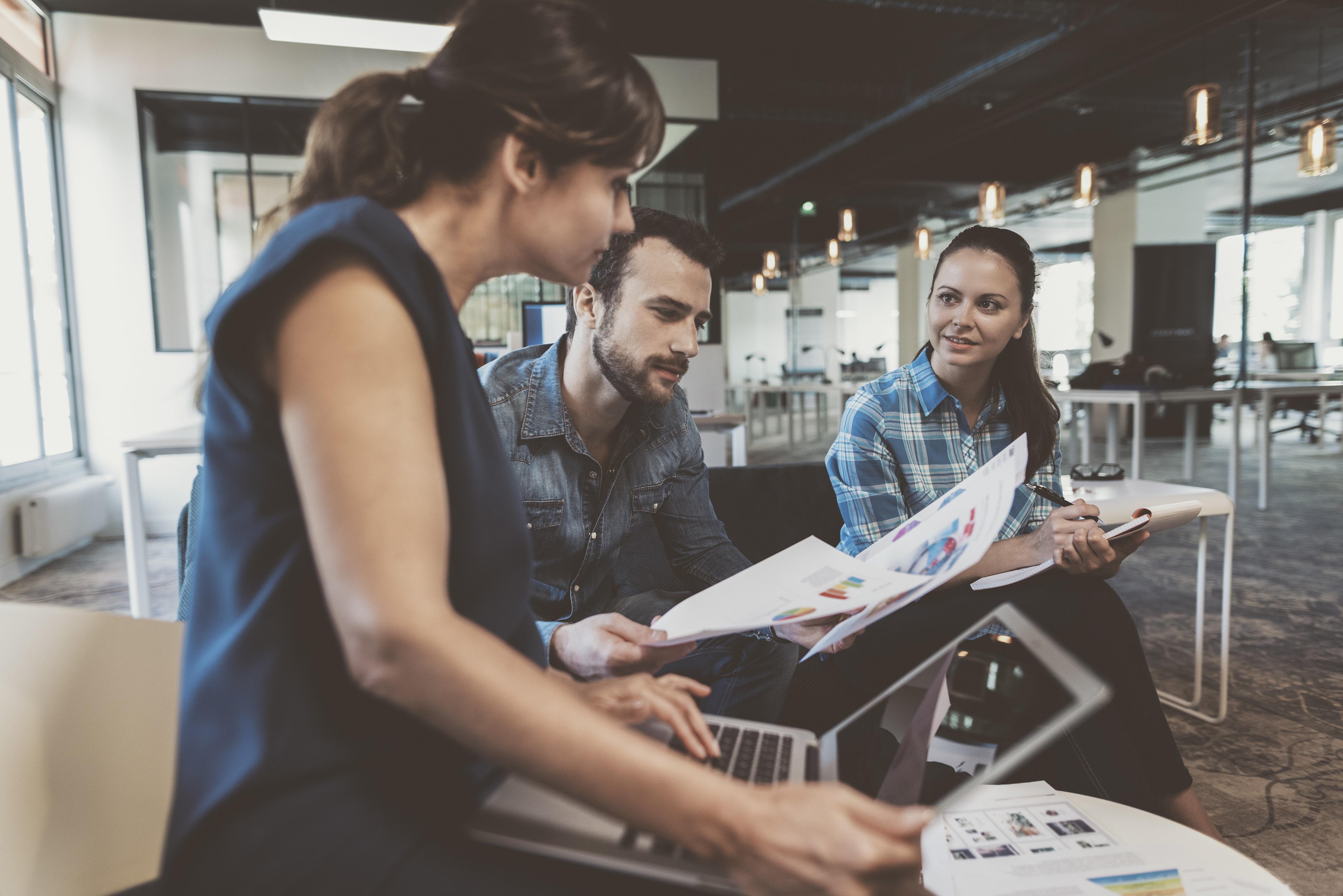 Drei junge Menschen erleben das zusammenwachsen von Lernen und Arbeiten