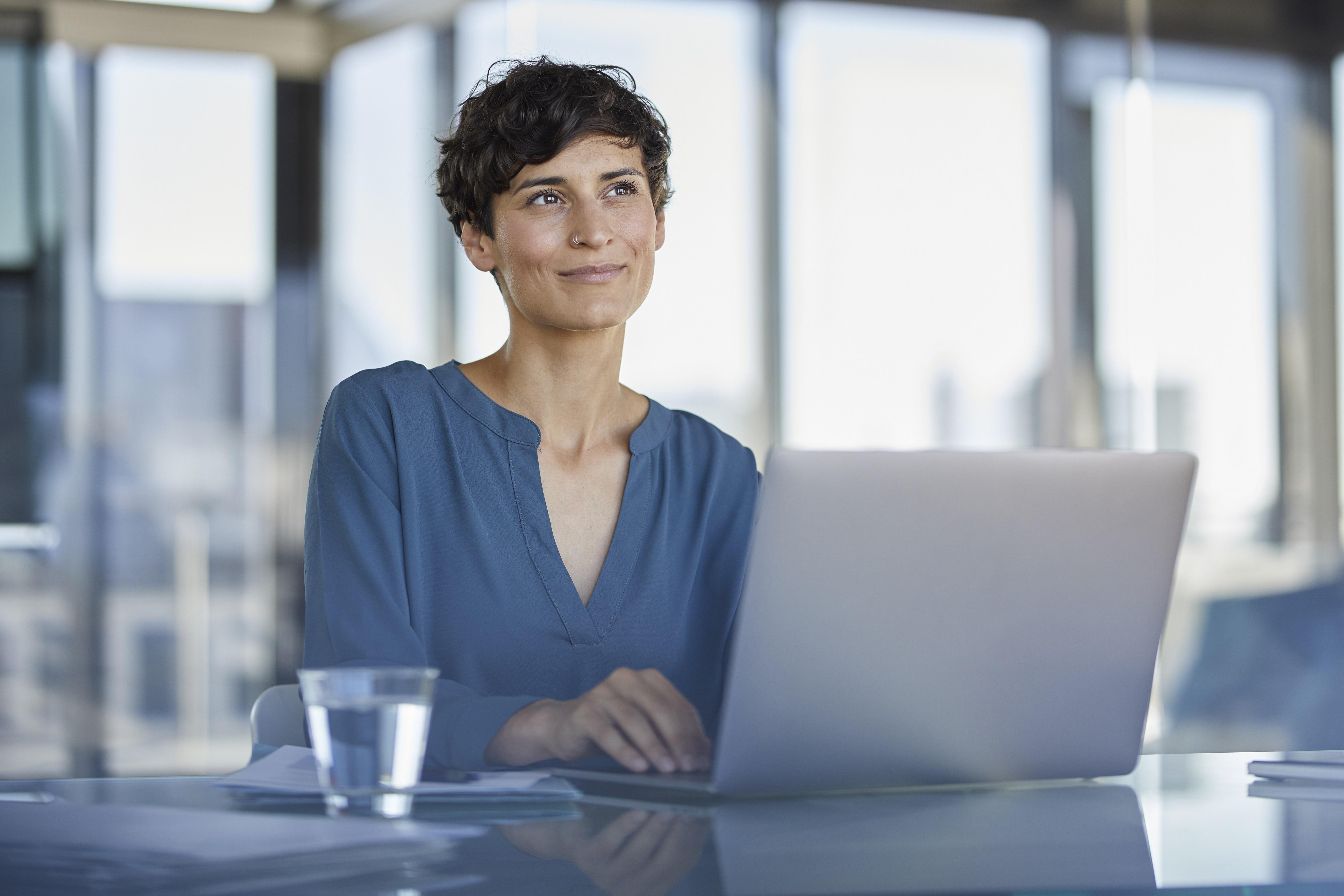 Junge Frau blickt mutig in ihre berufliche Zukunft