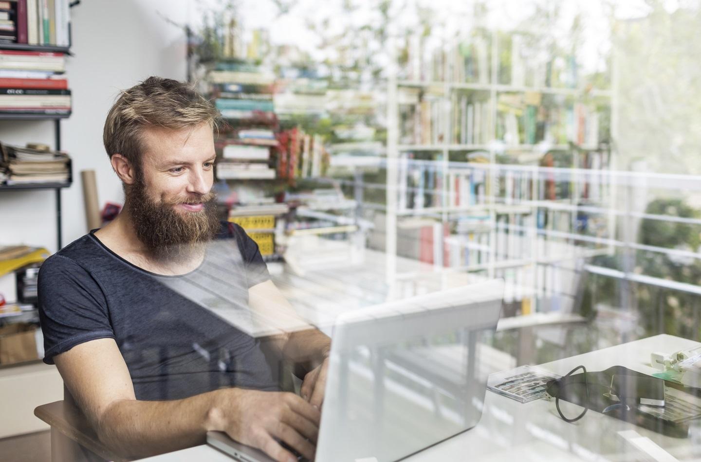 Junger Mitarbeiter erlernt Future Work Skills