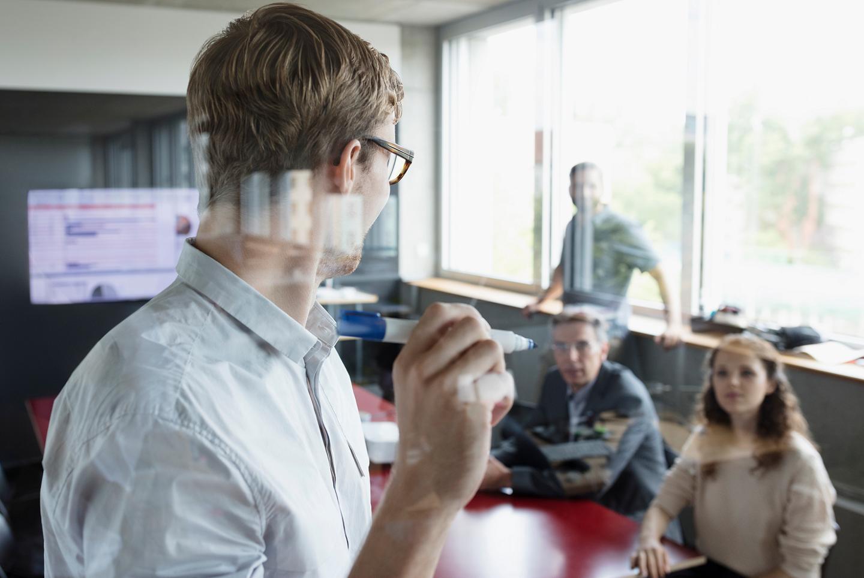 Mitarbeiter lernen mit Blended Learning vor Ort und online