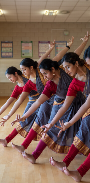 bharatanatyam-dancers-in-a-line