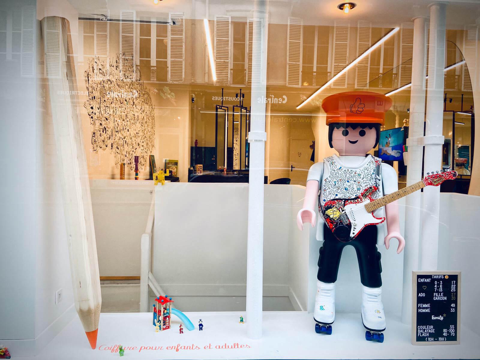 vitrine du salon de coiffure pouce avec playmobil géant