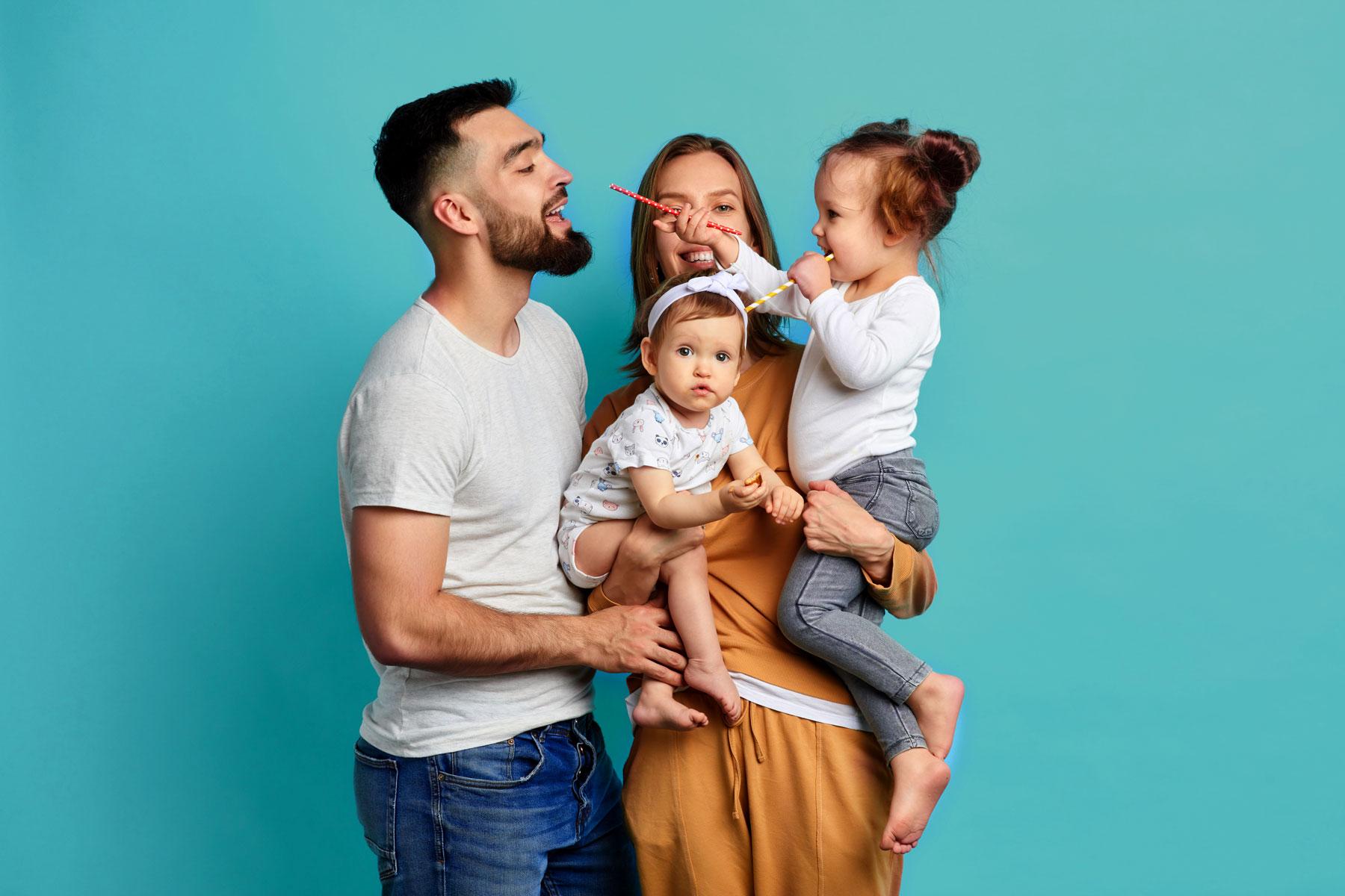 Photo représentant une famille souriante chez le coiffeur
