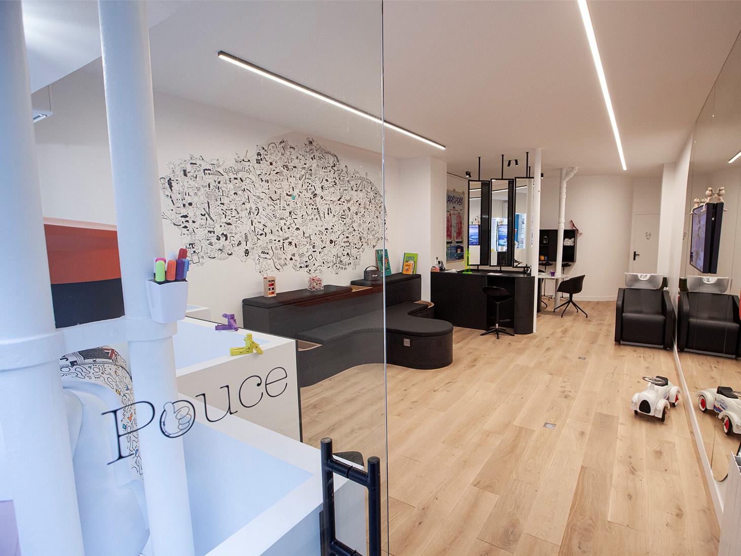photo de l'intérieur du salon de coiffure pouce