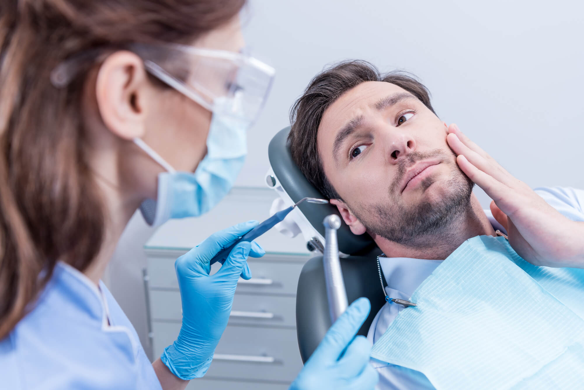 Patient in pain talking to his Orthodontist in Ft. Lauderdale