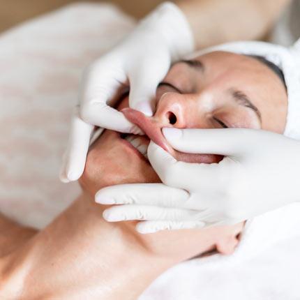 Bukalna masaža: tajna ljepote Meghan Markle, Jennifer Lopez i drugih poznatih dama, sada dostupna i u Rijeci