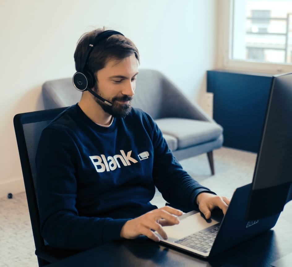 Homme sur ordinateur