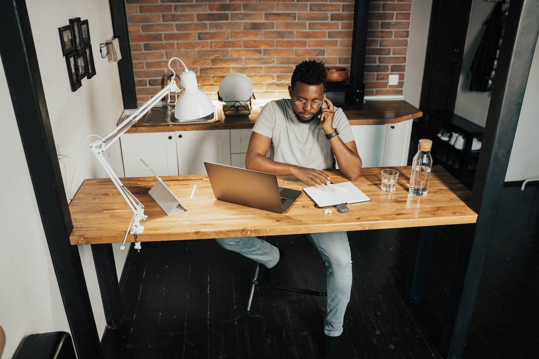 Homme au téléphone dans son bureau